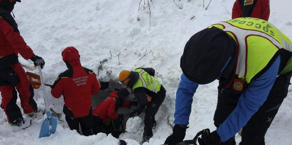 Árboles, rocas y nieve sepultaron hotel en Italia