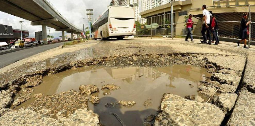 Ministro del MOP se disculpa por comentario sobre los huecos en las calles
