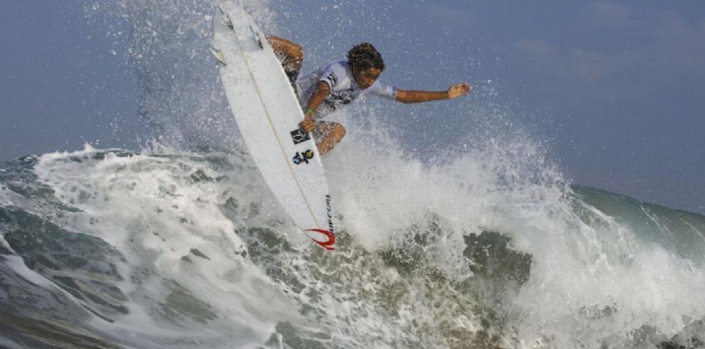 Surfean por las escuelas del país