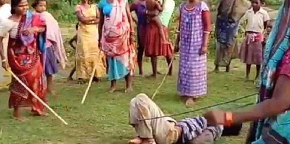 Mujeres indias se toman la justicia por su cuenta y castigan a pedófilo