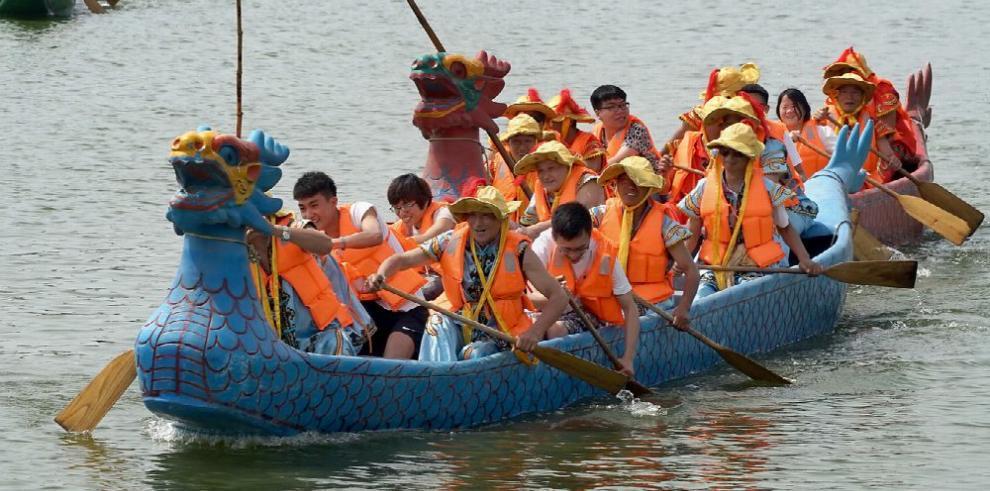 Chinos celebran la Fiesta de la Barca del Dragón