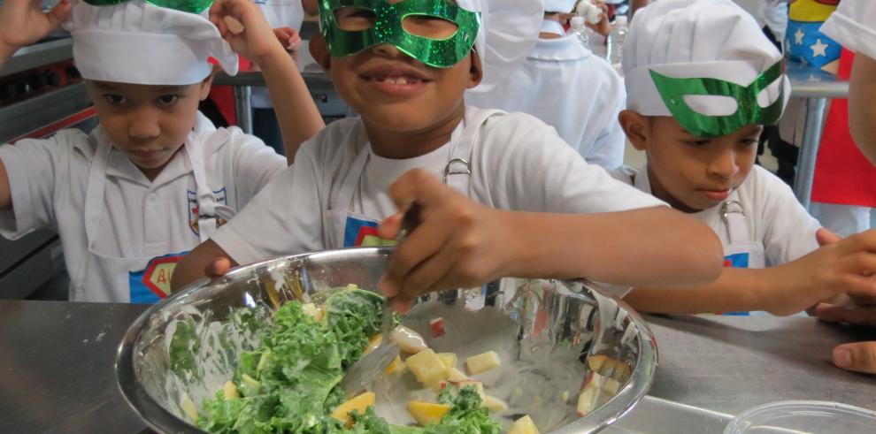 Niños descubren 'súper poderes' de los alimentos, de forma divertida