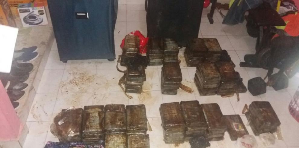 Policía Nacional decomisa 95 paquetes de droga