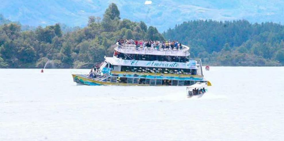 Barco con cerca de 150 turistas naufraga en localidad colombiana de Guatapé