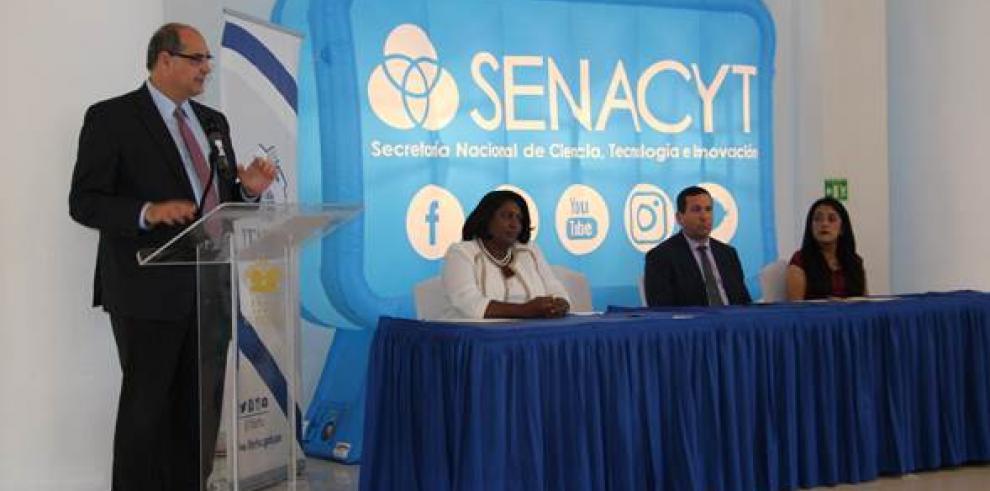Senacyt e Ifarhu entregan 112 becas para ciencia, tecnología e innovación