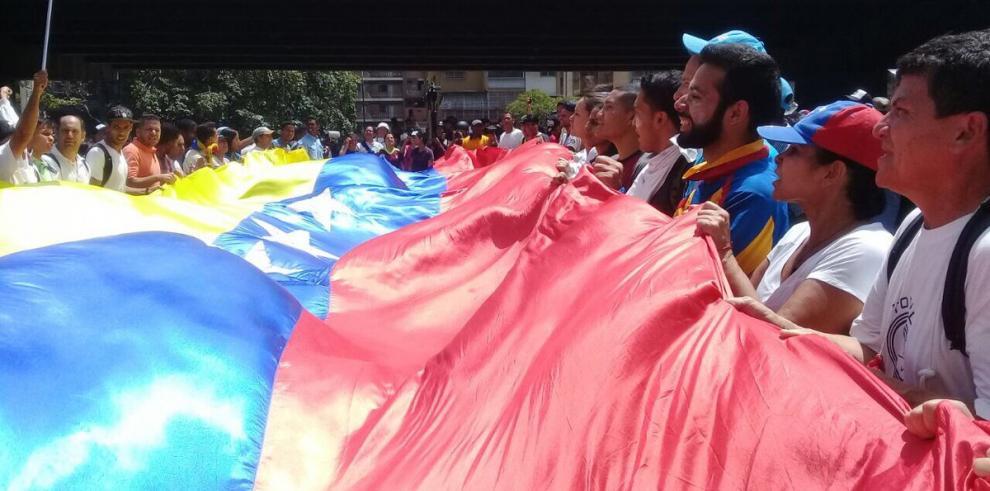 Lilian Tintori pide auxilio ante ataque de grupos armados en manifestación
