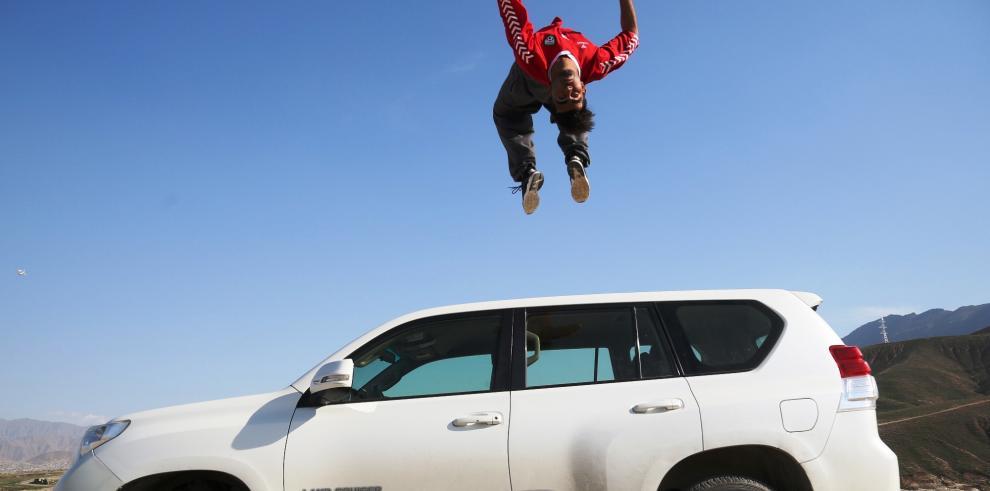 Jóvenes afganos muestran sus habilidades del parkour
