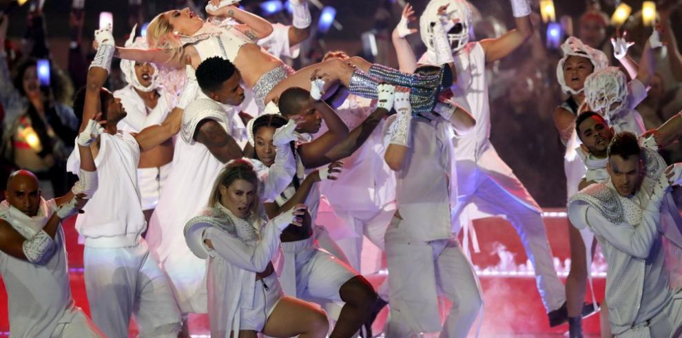 Lady Gaga brilla en la Super Bowl sin grandes gestos contra Trump