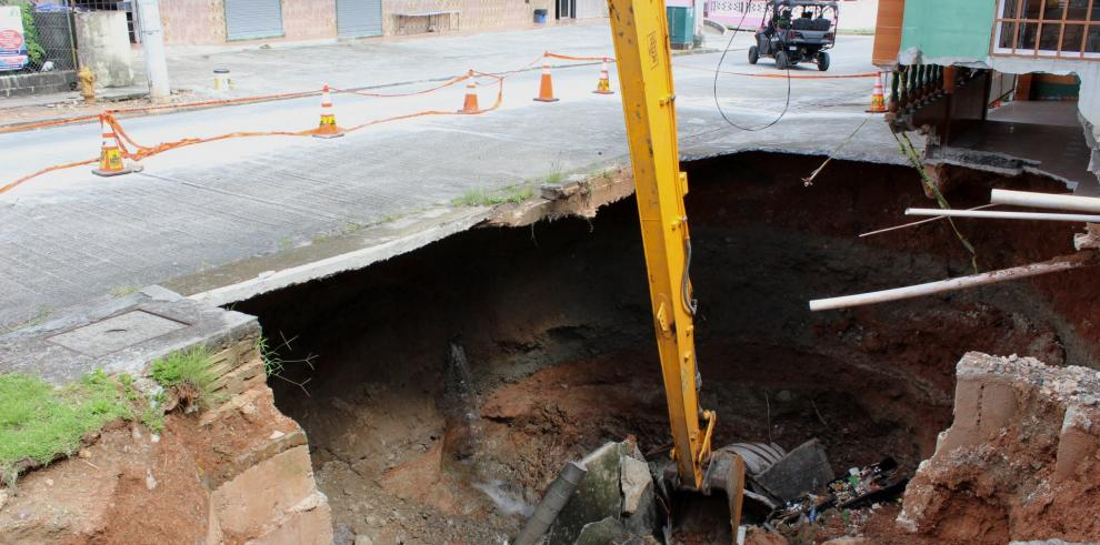 MOP iniciaremoción de escombros en la vía principal de Plaza Valencia