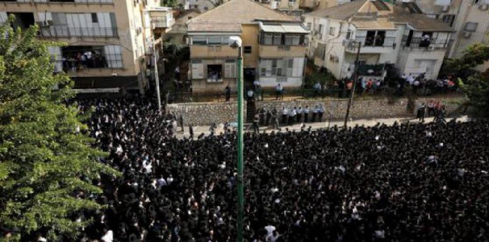 Decenas de miles de ultraortodoxos judíos en el entierro de rabino Shteinman