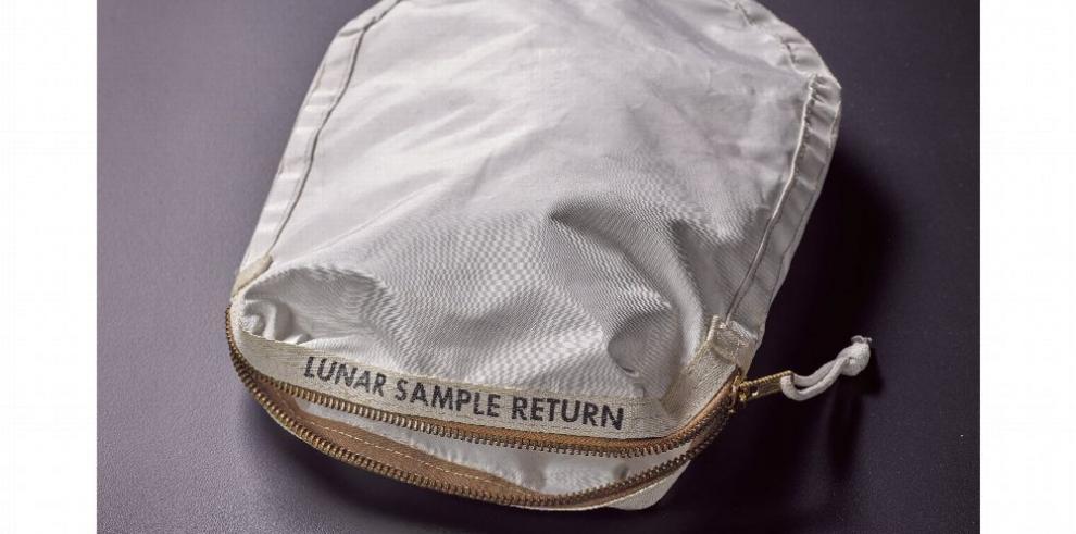 Subastarán bolsa con polvo lunar de Armstrong