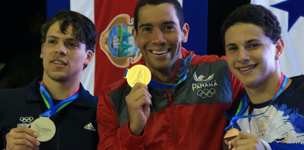 Edgar Crespo gana medalla de oro en los50 metros pecho