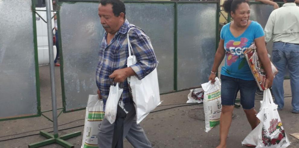 Largas filas para comprar jamones del IMA