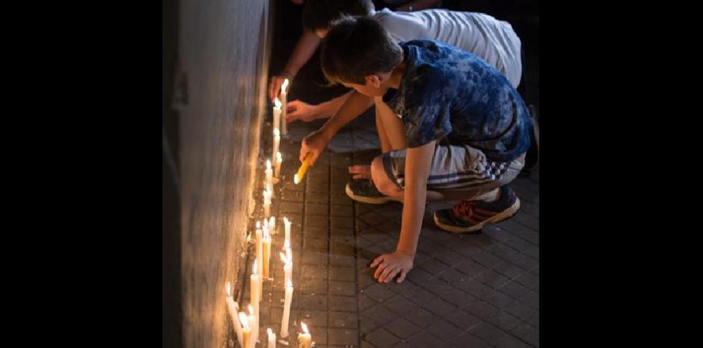 Familiares de los 5 argentinos muertos en Nueva York les recuerdan con velas