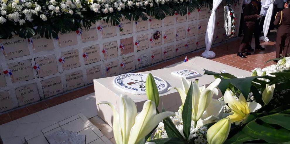 Próceres de la República son homenajeados en el Día de los Difuntos