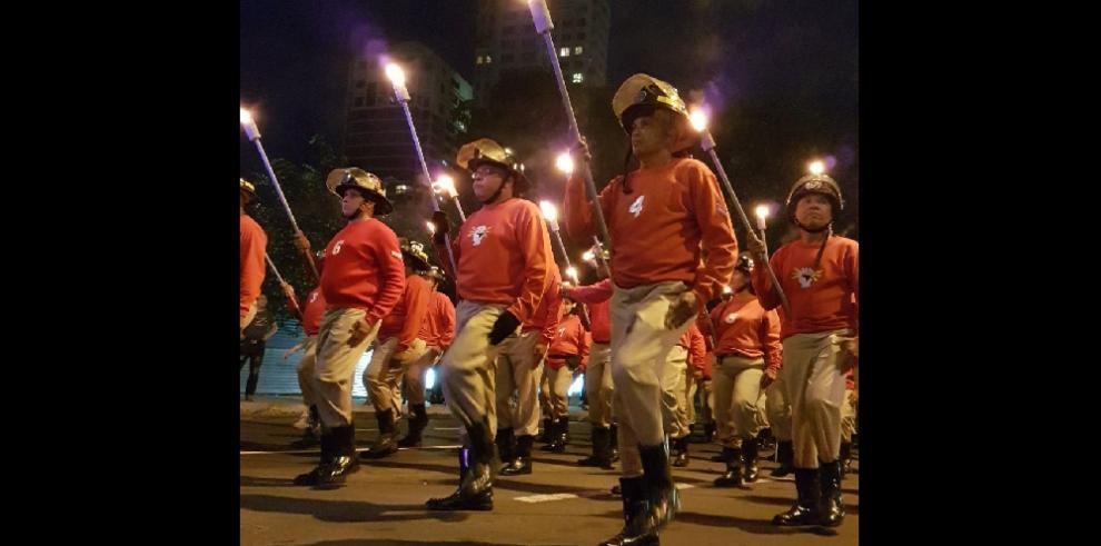 Desfile de antorcha da inicio a las festividades patrias