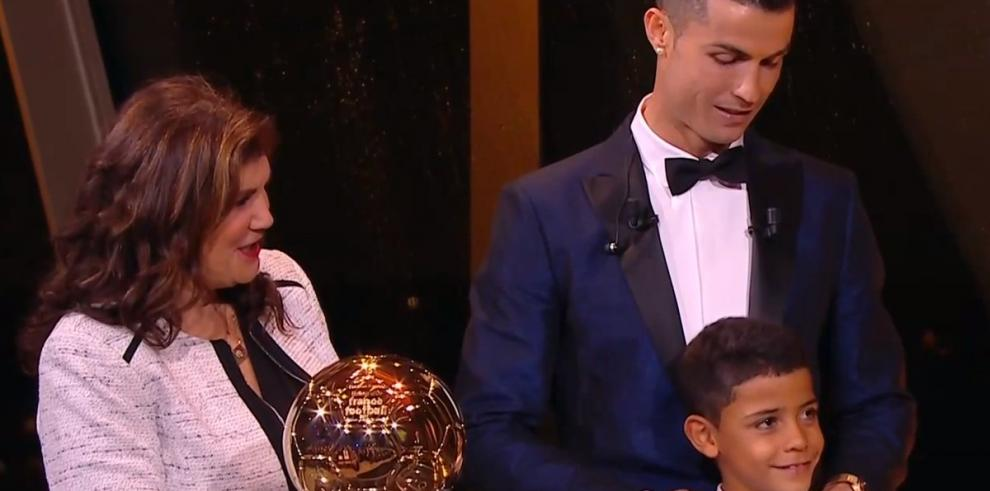 Cristiano Ronaldo recibe su quinto Balón de Oroe iguala a Lionel Messi