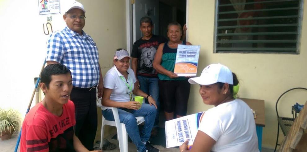 Inspeccionan viviendas entregadas a través de Techos de Esperanza