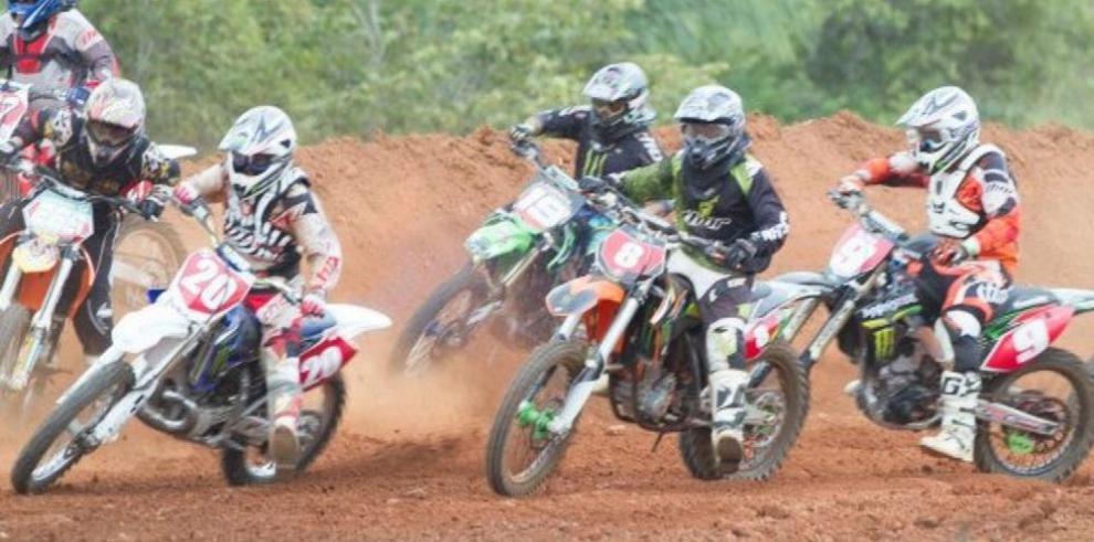 Pilotos en cerrada lucha por el torneo de motocross y 4Wheels