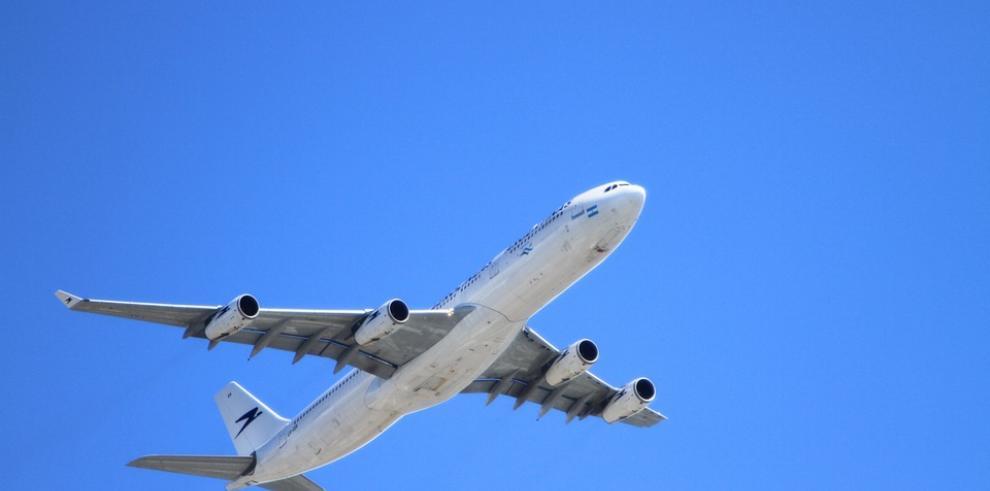 Investigan caso de dominicano que viajó a EE.UU en tren aterrizaje de avión