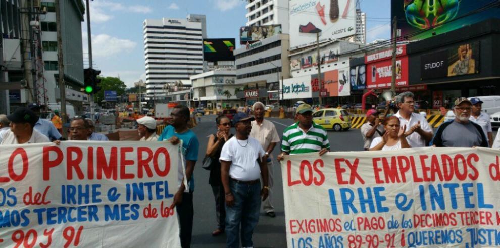 Ex empleados del INTEL e IRHE exigen el pago de los décimos atrasados