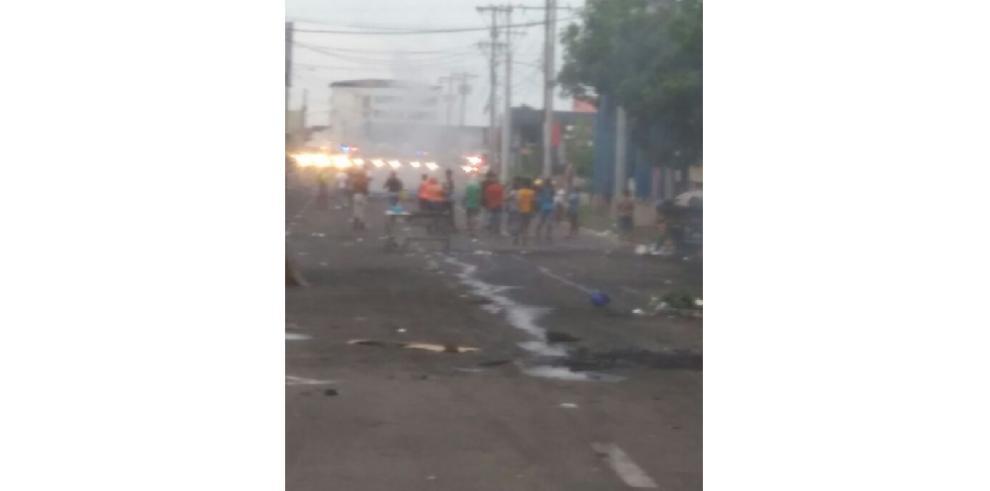 Residentes de Cabo Verde mantienen cierre de la avenida Nacional