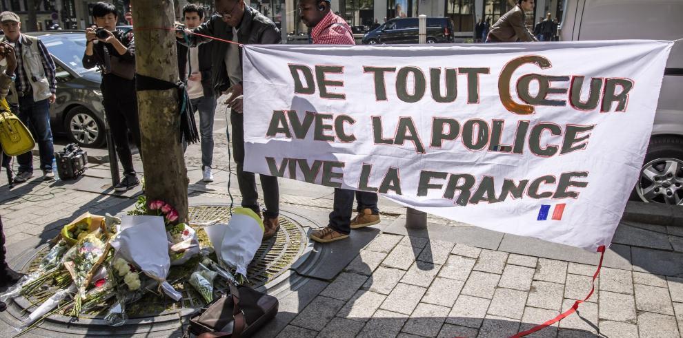 París homenajeará al policía que murió en el atentado de los Campos Elíseos