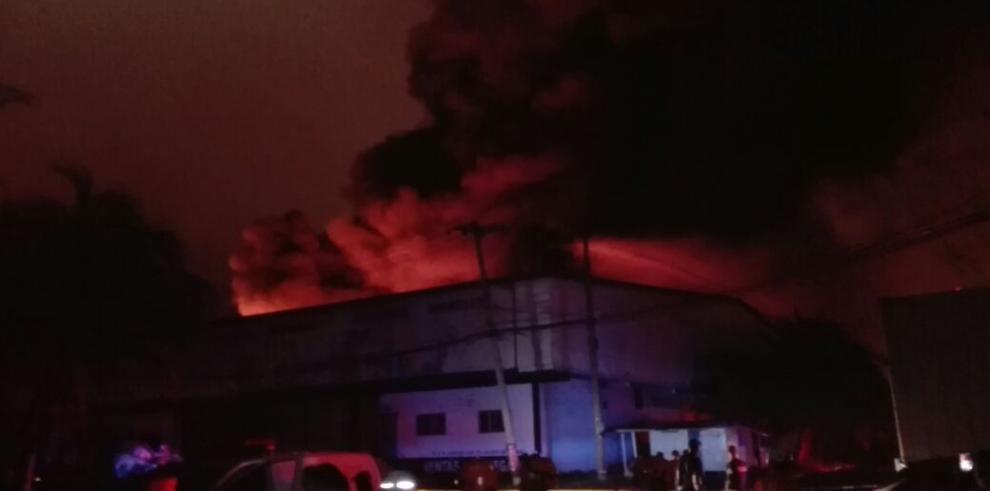 Incendio consume bodega en zona franca de Colón