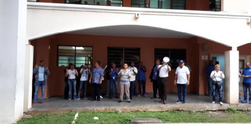 Trabajadores delSanto Tomás realizan paro escalonado