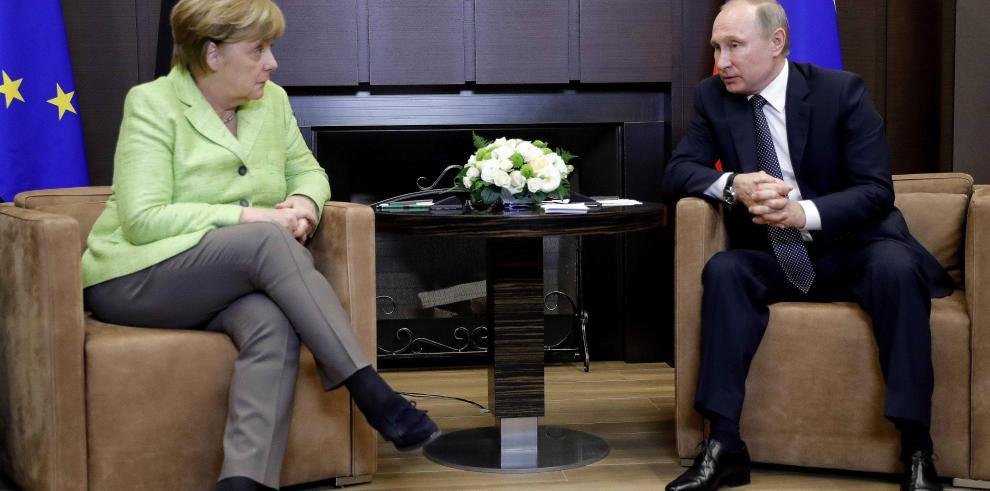 Putin y Merkel reanudan el diálogo con Ucrania como el gran escollo