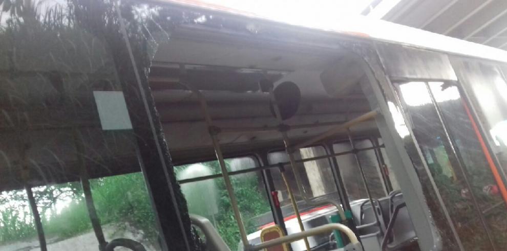 Vandalizan unidades de Mi Bus para asaltar a pasajeros