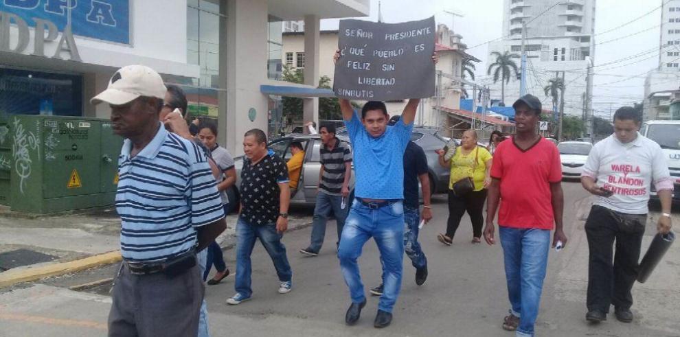 Buhoneros se lanzan a la calle exigiendo respeto a su trabajo