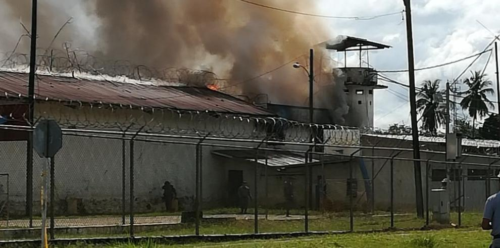 Privados de libertad provocan incendio en Cárcel Pública de David