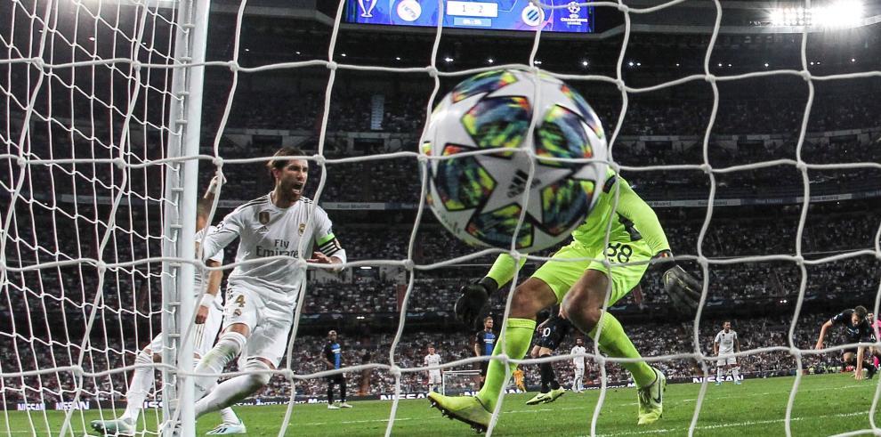 El defensa del Real Madrid Sergio Ramos (i) consigue el primer gol de su equipo ante el Club Brujas