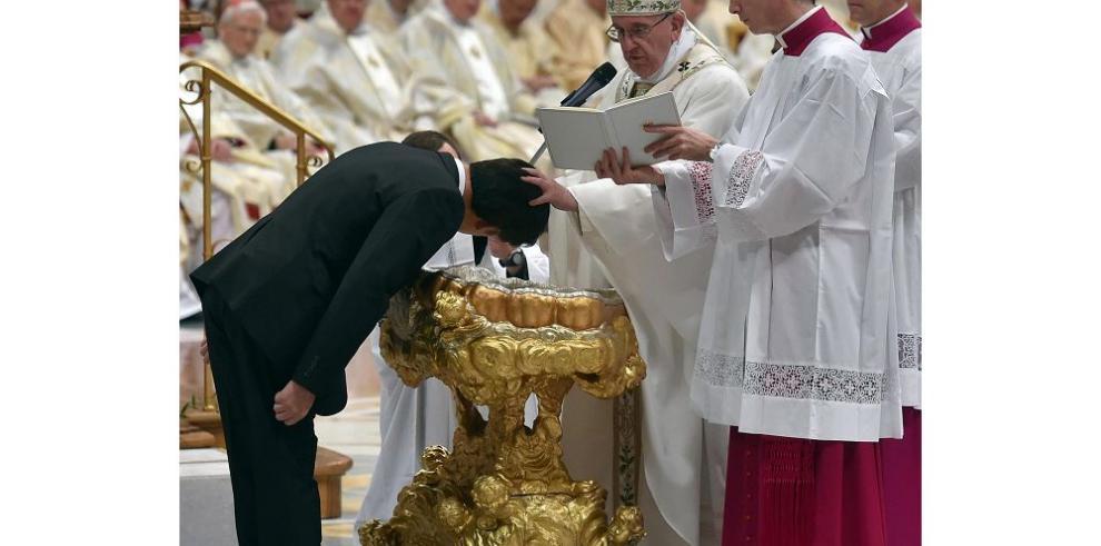 Papa Francisco I bautiza a doce nuevos cristianos