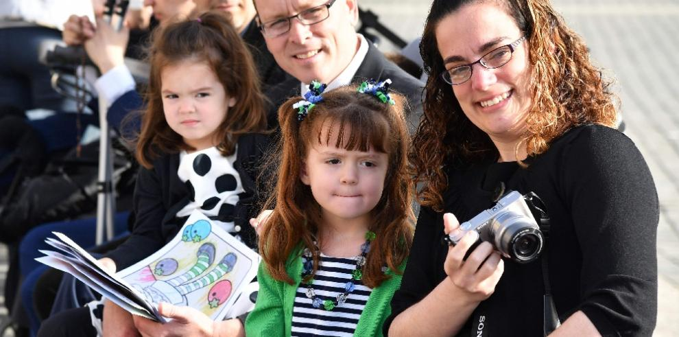 El papa cumple deseo de niña que está a punto de quedarse ciega