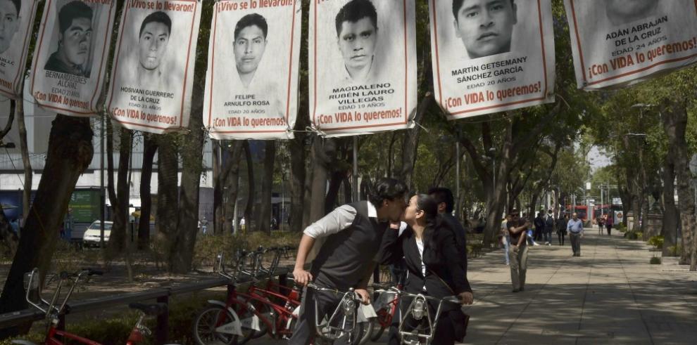 Padres de 43 jóvenes mexicanos denuncian espionaje telefónico