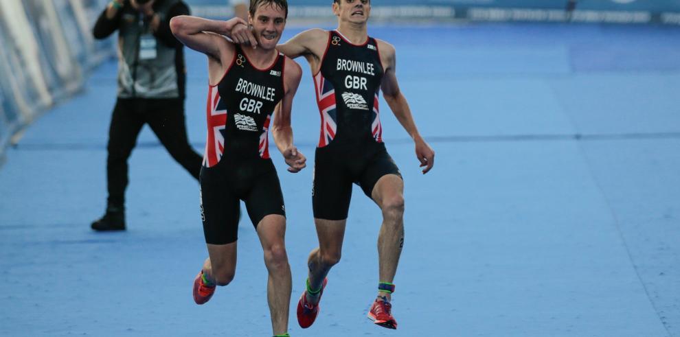 El gesto de hermanos en una triatlón que ha deslumbrado al mundo