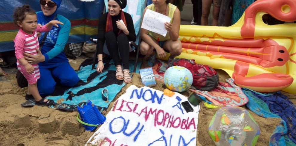 Máximo tribunal de Francia suspende prohibición del burkini