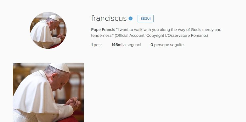 Papa publica su primera foto en Instagram: de rodillas rezando