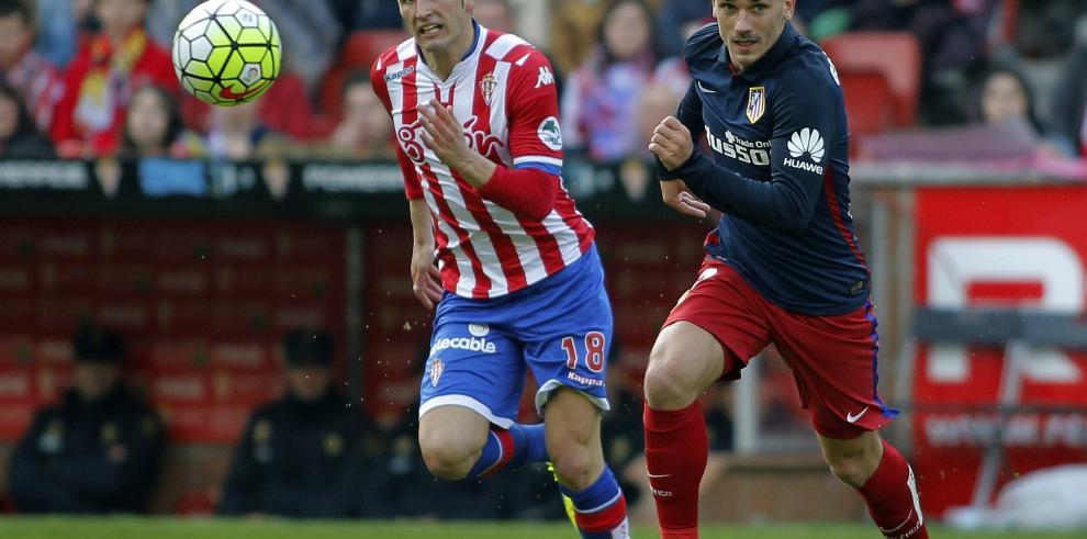 Atlético pierde en Gijón y sirve la Liga en bandeja al Barça