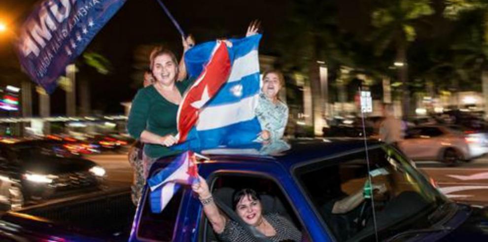Fiesta en el café Versailles de Miami tras la muerte de Fidel