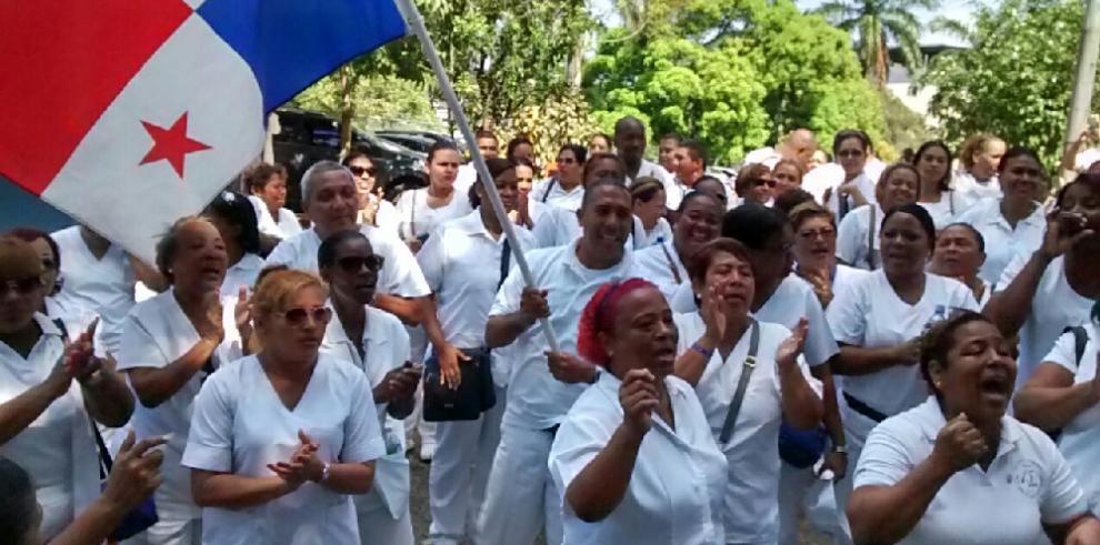 Técnicos de Enfermería marchan hacia la Presidencia