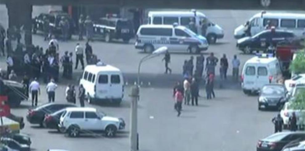 Armenia negocia con los asaltantes, pero prepara un rescate