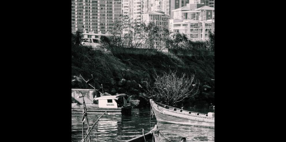 La otra ciudad capital desde un bote de pesca artesanal