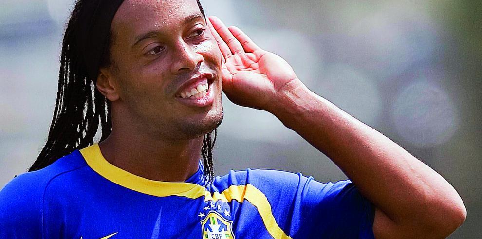 Ronaldinho llega a Cuzco para jugar un amistoso con el Cienciano