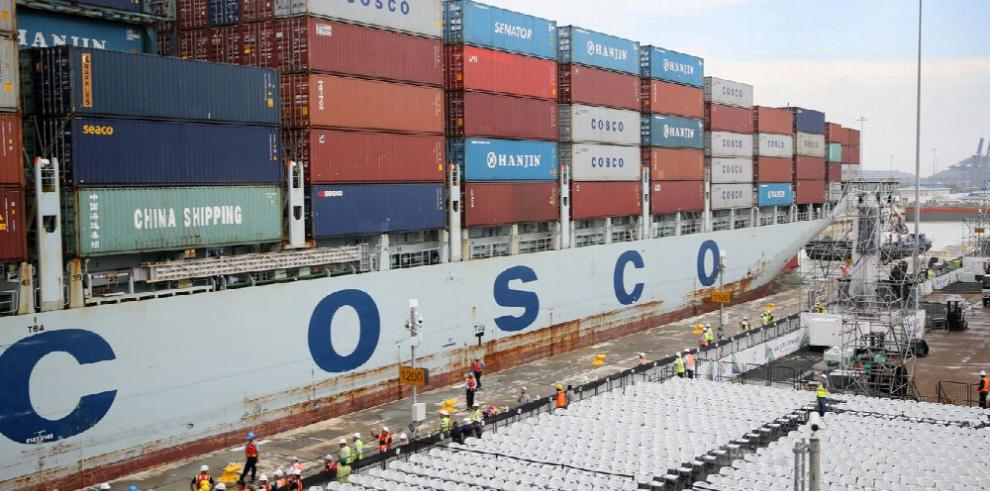 Cosco Houston atraviesa nuevas esclusas