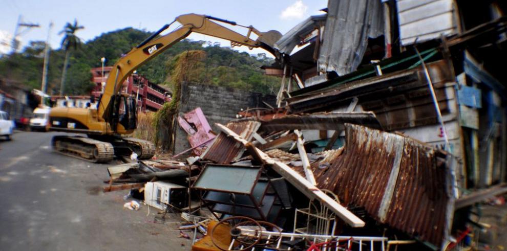 Gobierno derriba barraca de madera en área de Santa Ana