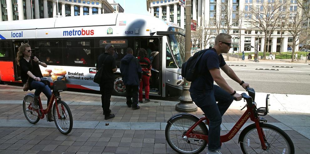 Sin metro, los habitantes de Washington sacan sus bicicletas