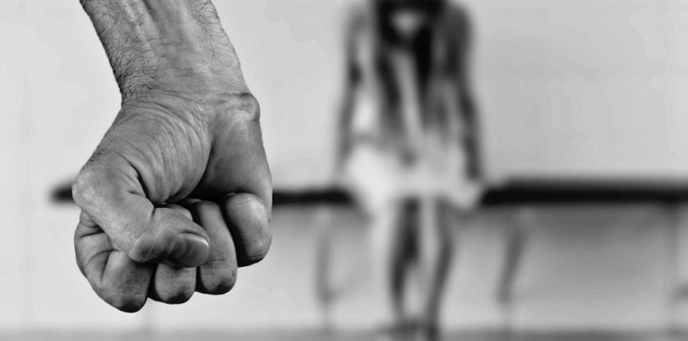 Ridículo castigo a jueza que encarceló a menor con 30 hombres